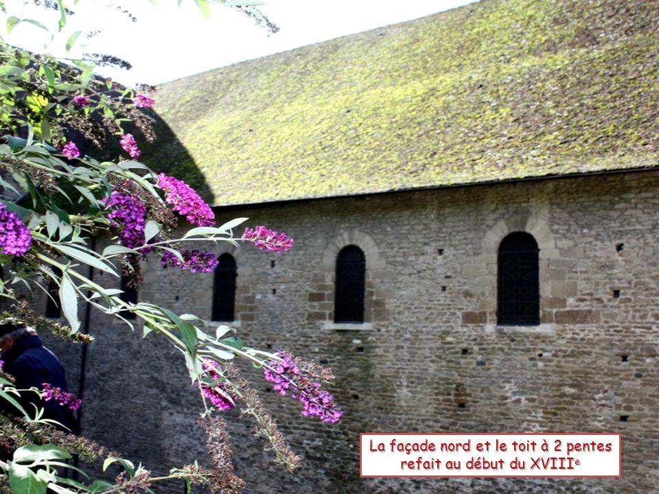 La façade nord et le toit à 2 pentes refait au début du XVIIIe