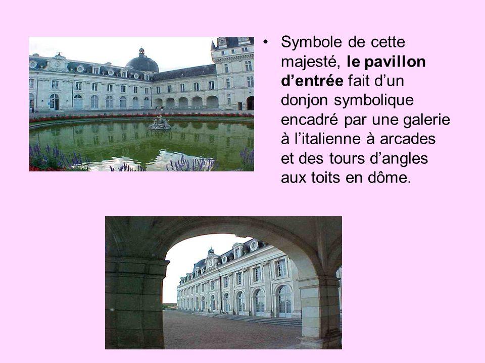 Symbole de cette majesté, le pavillon d'entrée fait d'un donjon symbolique encadré par une galerie à l'italienne à arcades et des tours d'angles aux toits en dôme.
