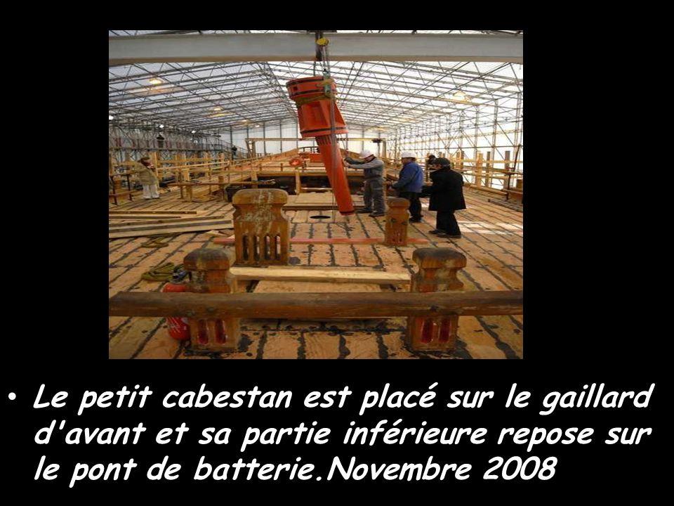 Le petit cabestan est placé sur le gaillard d avant et sa partie inférieure repose sur le pont de batterie.Novembre 2008