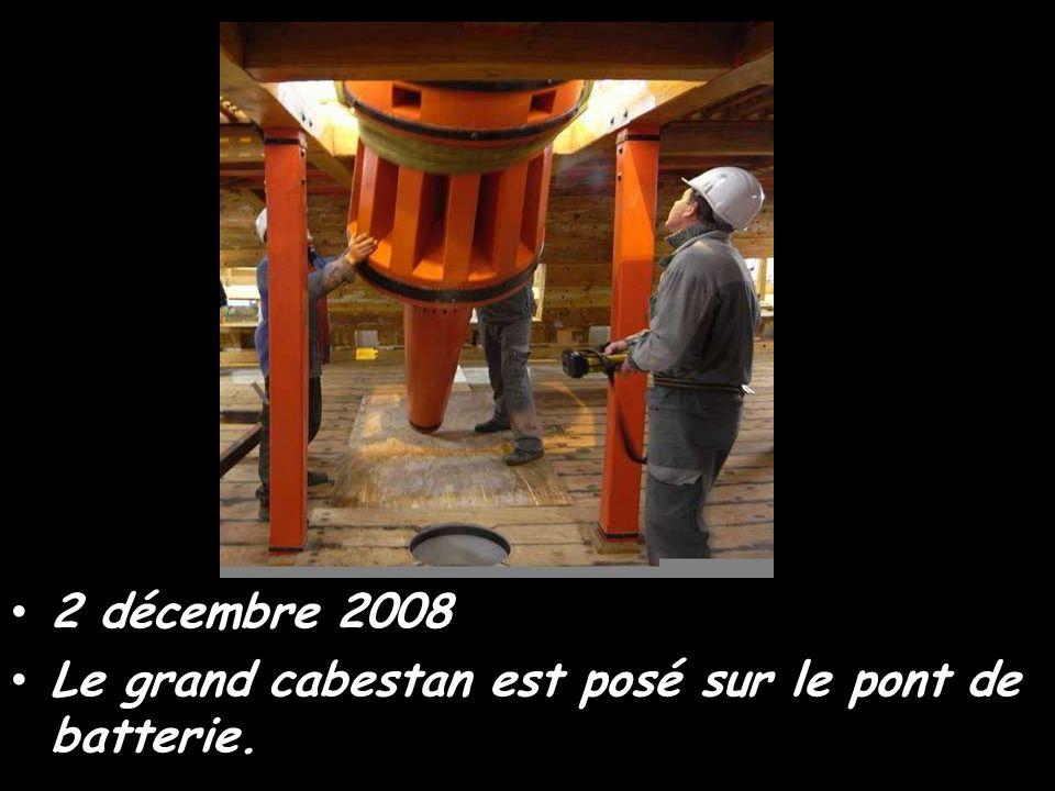 2 décembre 2008 Le grand cabestan est posé sur le pont de batterie.