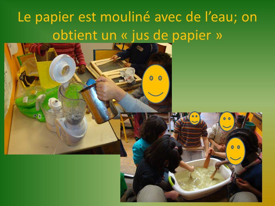 Le papier est mouliné avec de l'eau; on obtient un « jus de papier »