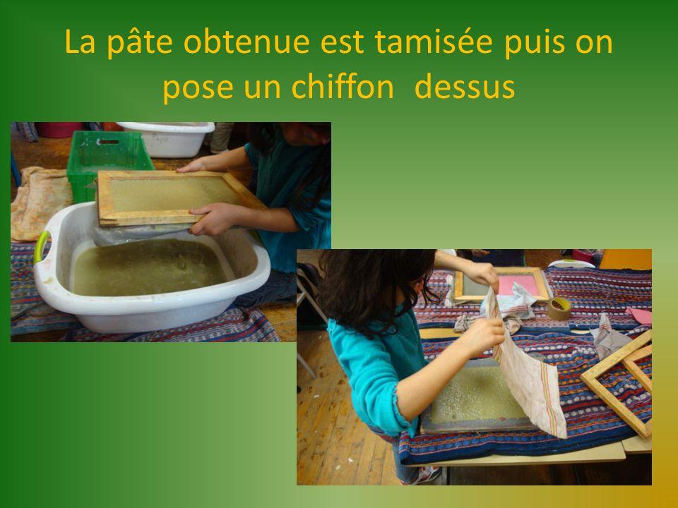 La pâte obtenue est tamisée puis on pose un chiffon dessus