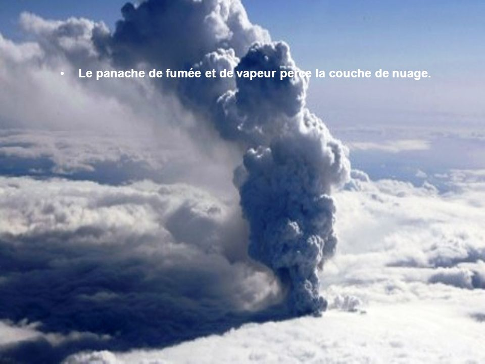 Le panache de fumée et de vapeur perce la couche de nuage.