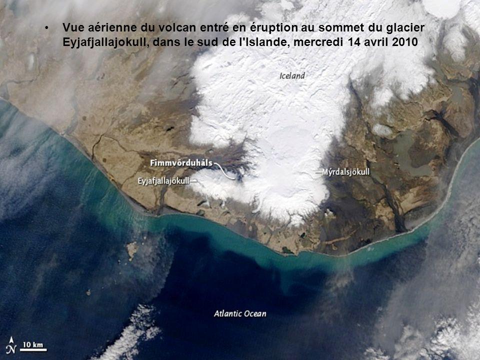Vue aérienne du volcan entré en éruption au sommet du glacier Eyjafjallajokull, dans le sud de l Islande, mercredi 14 avril 2010