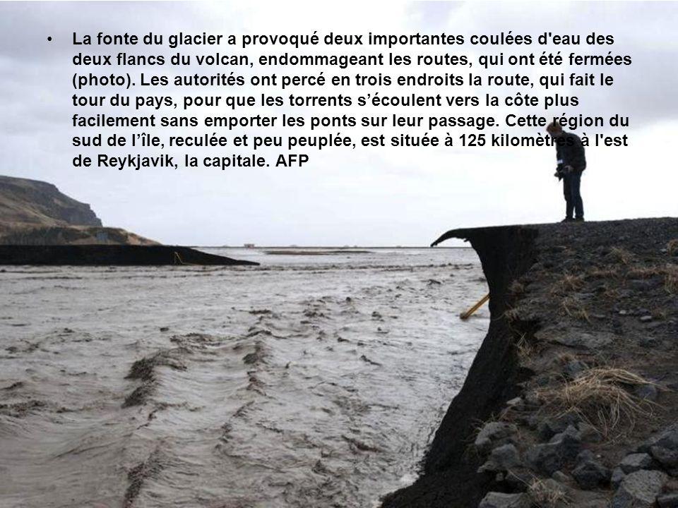 La fonte du glacier a provoqué deux importantes coulées d eau des deux flancs du volcan, endommageant les routes, qui ont été fermées (photo).