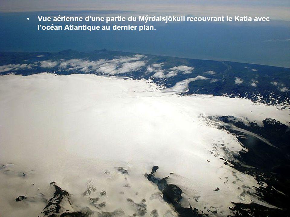 Vue aérienne d une partie du Mýrdalsjökull recouvrant le Katla avec l océan Atlantique au dernier plan.
