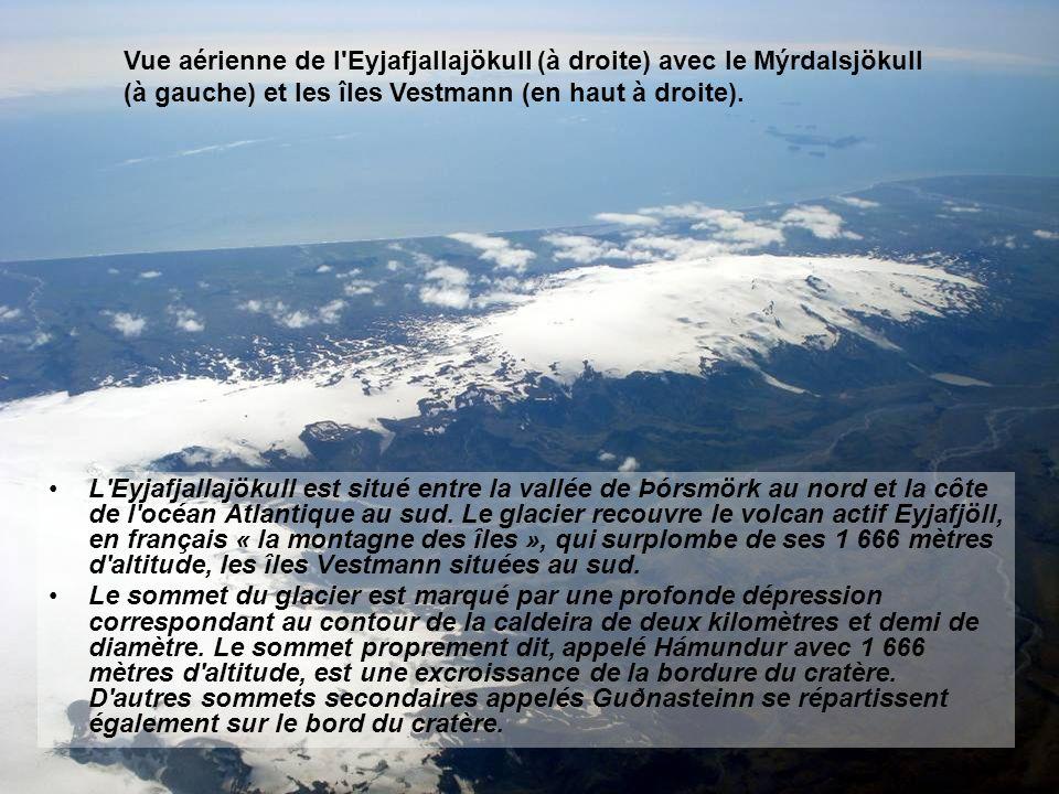Vue aérienne de l Eyjafjallajökull (à droite) avec le Mýrdalsjökull (à gauche) et les îles Vestmann (en haut à droite).