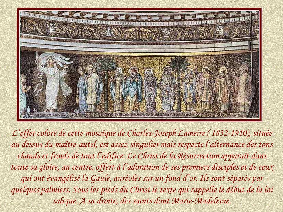 L'effet coloré de cette mosaïque de Charles-Joseph Lameire ( 1832-1910), située au dessus du maître-autel, est assez singulier mais respecte l'alternance des tons chauds et froids de tout l'édifice.