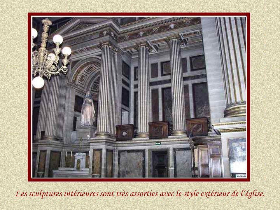 Les sculptures intérieures sont très assorties avec le style extérieur de l'église.
