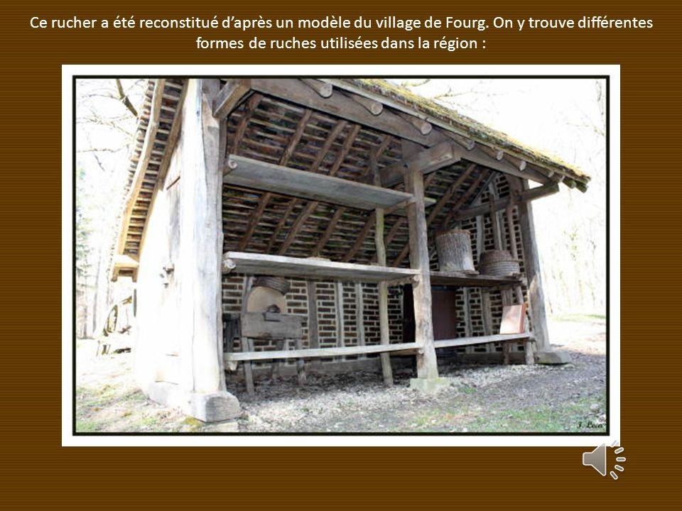 Ce rucher a été reconstitué d'après un modèle du village de Fourg