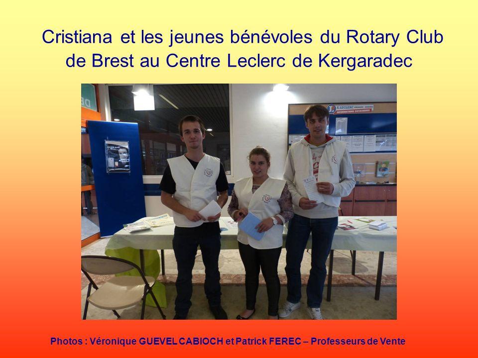 Cristiana et les jeunes bénévoles du Rotary Club de Brest au Centre Leclerc de Kergaradec