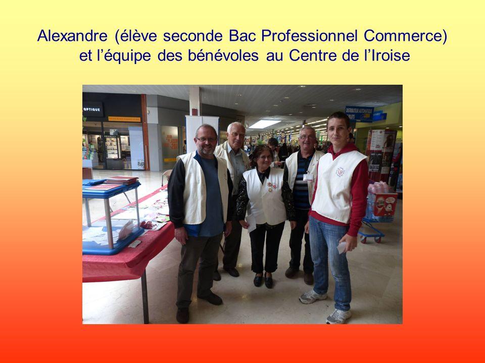 Alexandre (élève seconde Bac Professionnel Commerce) et l'équipe des bénévoles au Centre de l'Iroise