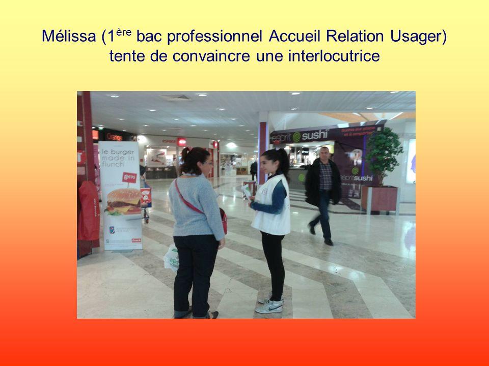 Mélissa (1ère bac professionnel Accueil Relation Usager) tente de convaincre une interlocutrice