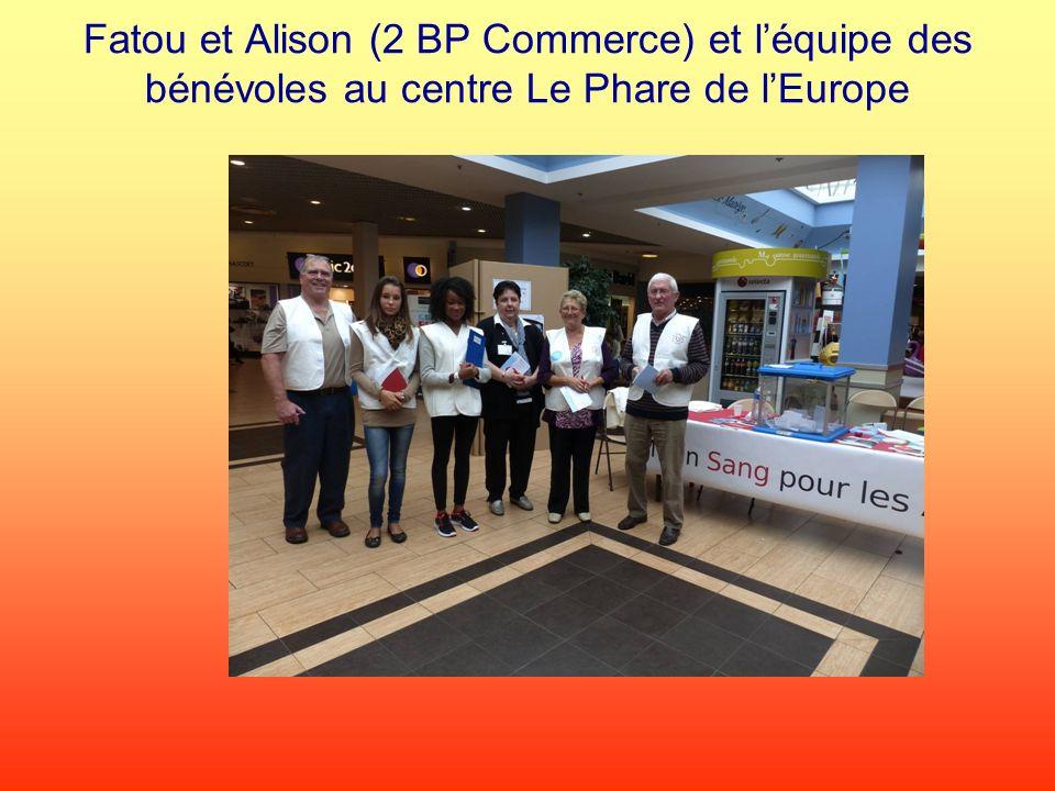 Fatou et Alison (2 BP Commerce) et l'équipe des bénévoles au centre Le Phare de l'Europe
