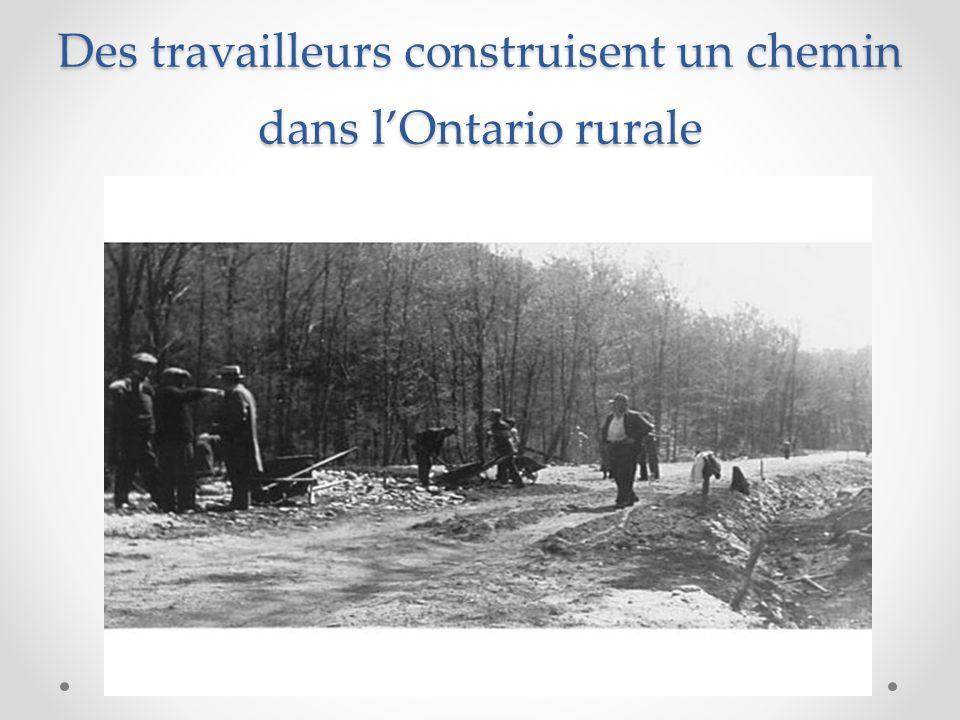 Des travailleurs construisent un chemin dans l'Ontario rurale
