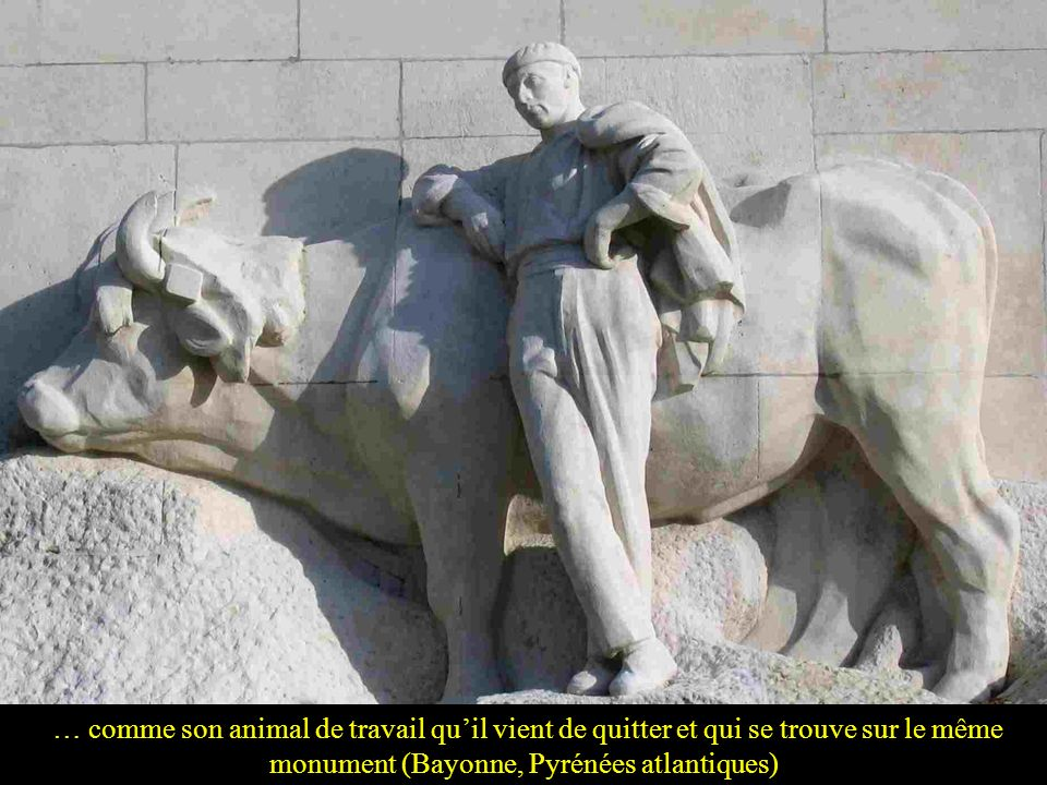 … comme son animal de travail qu'il vient de quitter et qui se trouve sur le même monument (Bayonne, Pyrénées atlantiques)