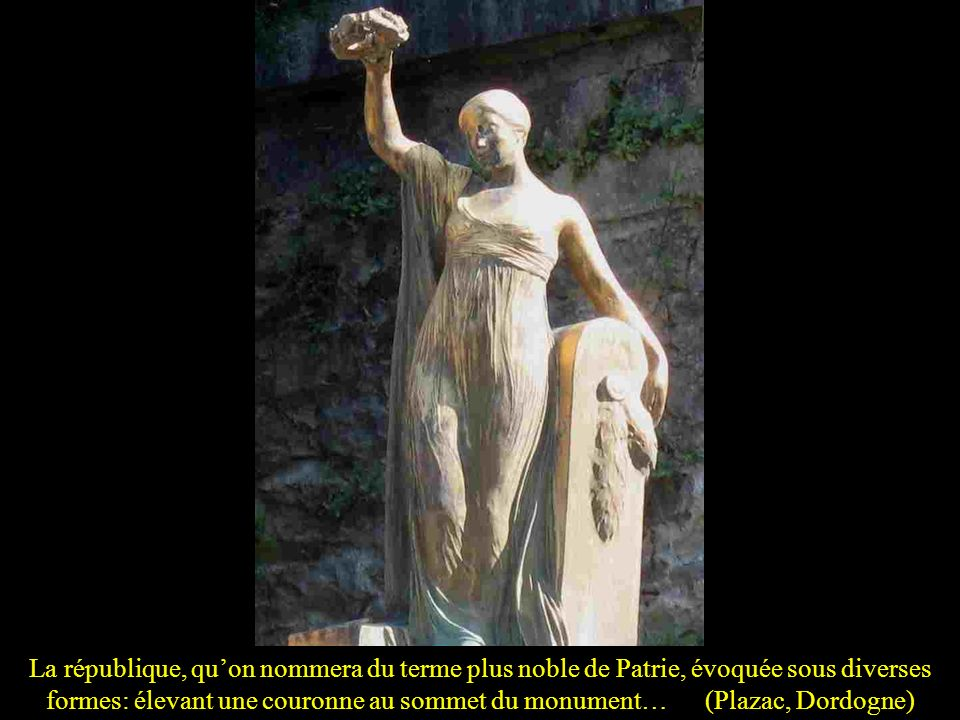 La république, qu'on nommera du terme plus noble de Patrie, évoquée sous diverses formes: élevant une couronne au sommet du monument… (Plazac, Dordogne)