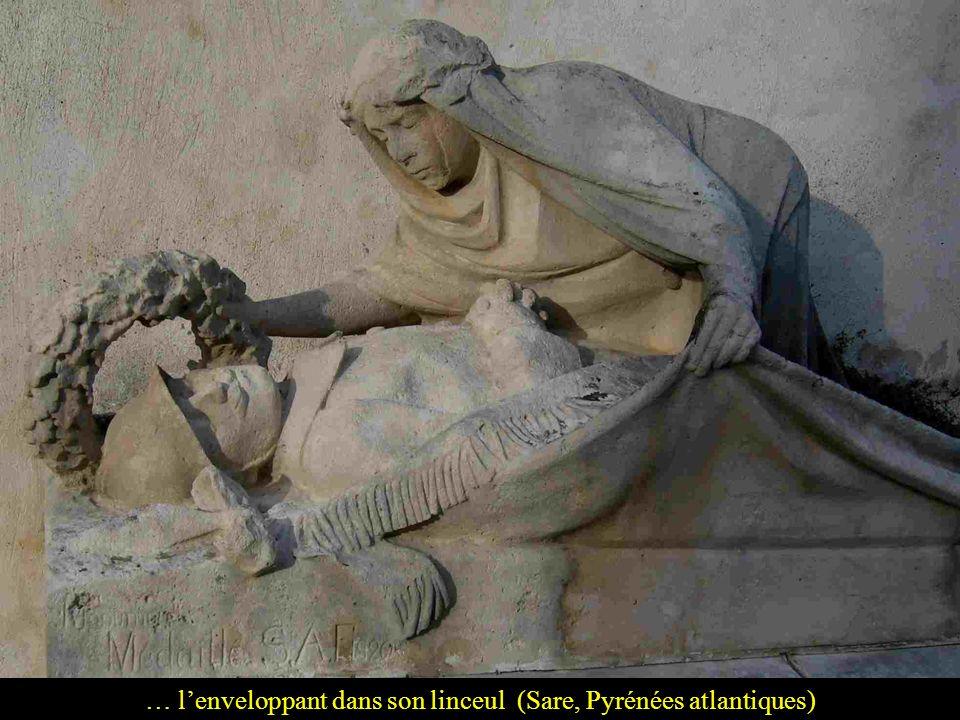 … l'enveloppant dans son linceul (Sare, Pyrénées atlantiques)
