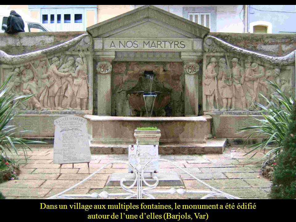 Dans un village aux multiples fontaines, le monument a été édifié autour de l'une d'elles (Barjols, Var)