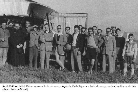 Avril 1949 – L'abbé Grima rassemble la Jeunesse Agricole Catholique sur l'aérodrome pour des baptêmes de l'air (Jean-Antoine Donat)