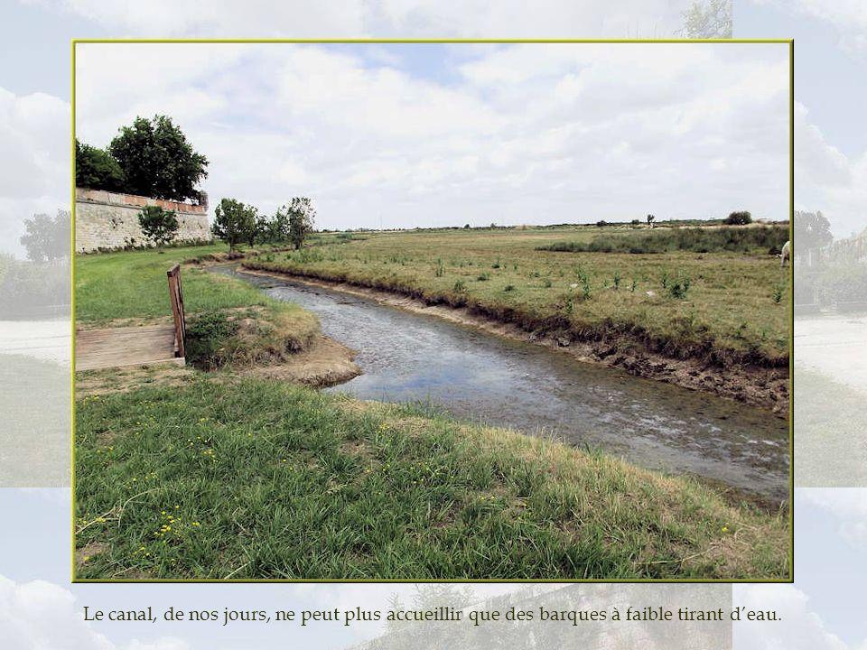 Le canal, de nos jours, ne peut plus accueillir que des barques à faible tirant d'eau.