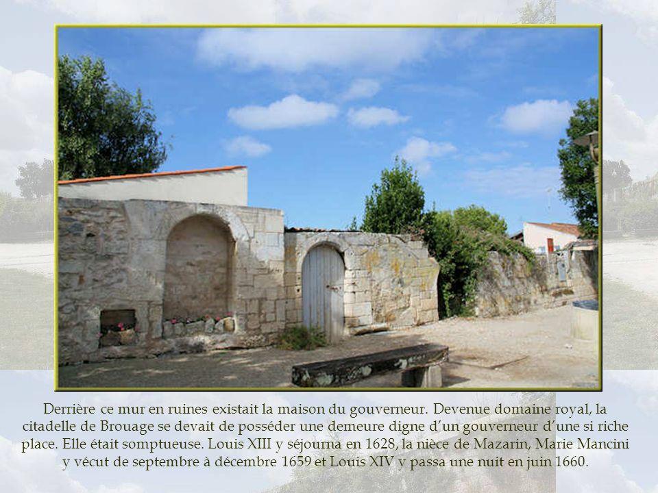 Derrière ce mur en ruines existait la maison du gouverneur