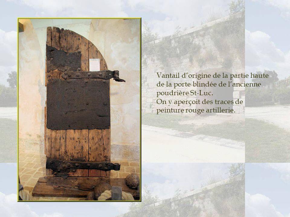 Vantail d'origine de la partie haute de la porte blindée de l'ancienne poudrière St-Luc.