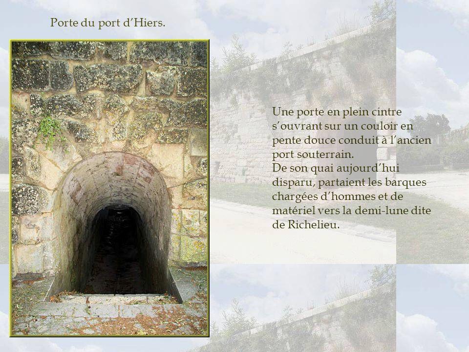 Porte du port d'Hiers. Une porte en plein cintre s'ouvrant sur un couloir en pente douce conduit à l'ancien port souterrain.
