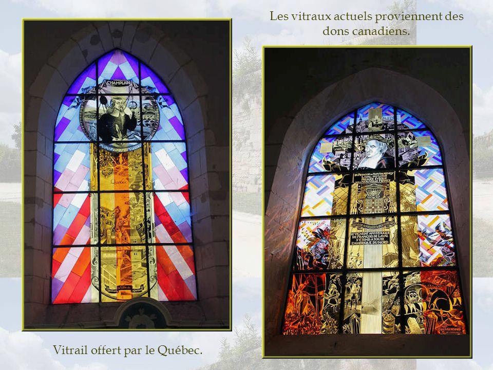 Les vitraux actuels proviennent des dons canadiens.