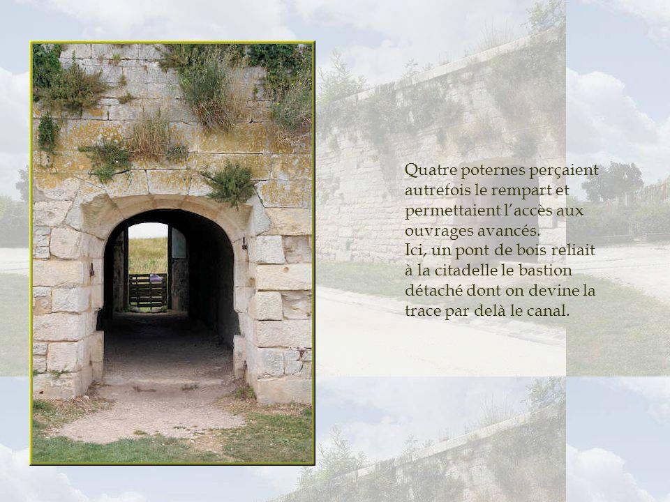 Quatre poternes perçaient autrefois le rempart et permettaient l'accès aux ouvrages avancés.