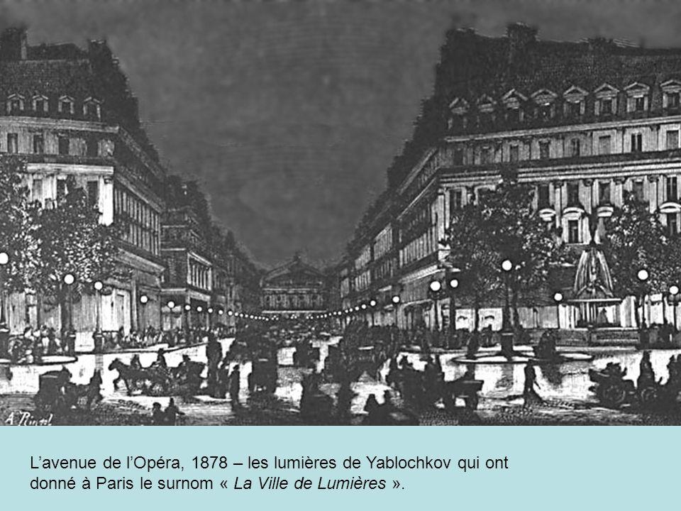 L'avenue de l'Opéra, 1878 – les lumières de Yablochkov qui ont donné à Paris le surnom « La Ville de Lumières ».