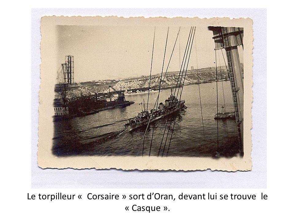 Le torpilleur « Corsaire » sort d'Oran, devant lui se trouve le « Casque ».