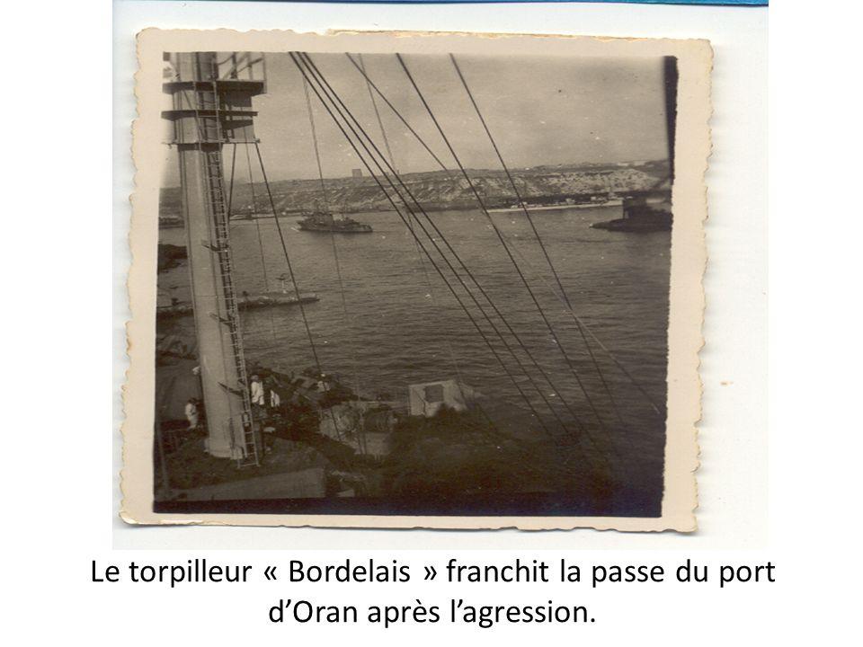 Le torpilleur « Bordelais » franchit la passe du port d'Oran après l'agression.
