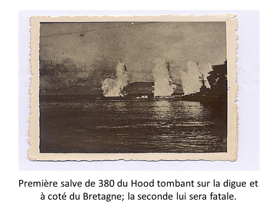 Première salve de 380 du Hood tombant sur la digue et à coté du Bretagne; la seconde lui sera fatale.