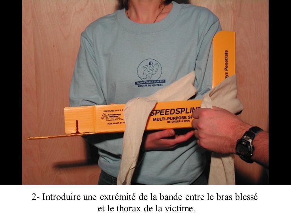 2- Introduire une extrémité de la bande entre le bras blessé