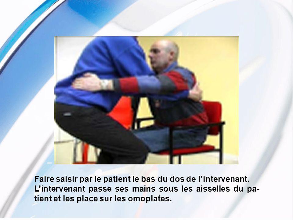 Faire saisir par le patient le bas du dos de l'intervenant.