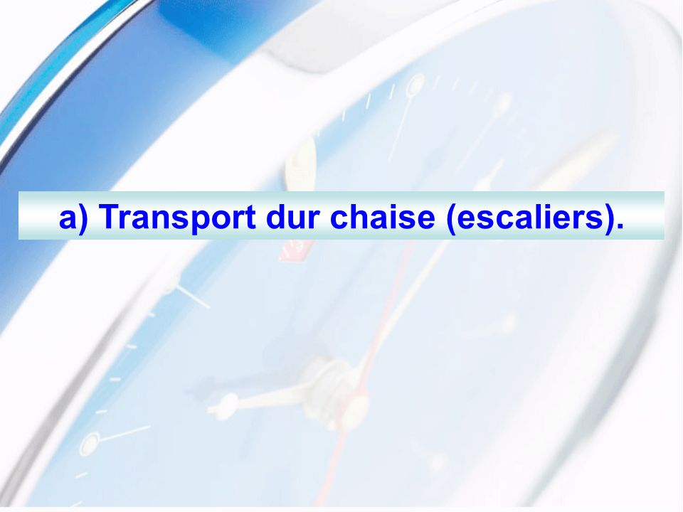a) Transport dur chaise (escaliers).
