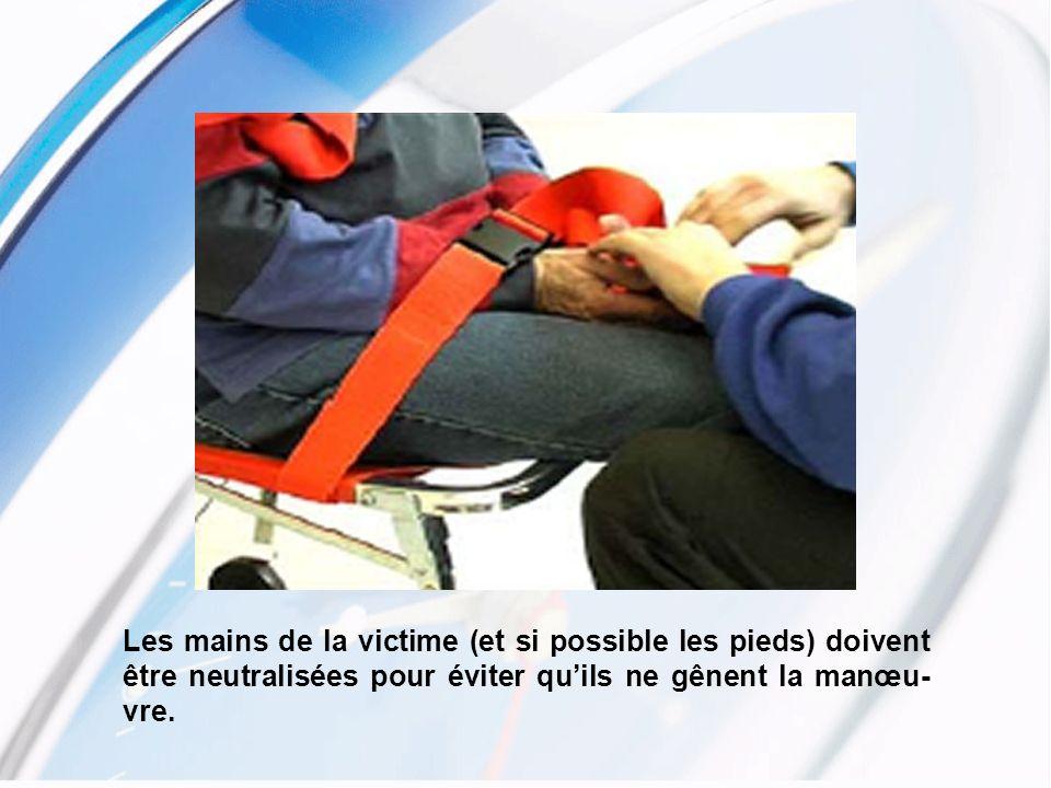 Les mains de la victime (et si possible les pieds) doivent être neutralisées pour éviter qu'ils ne gênent la manœu-vre.