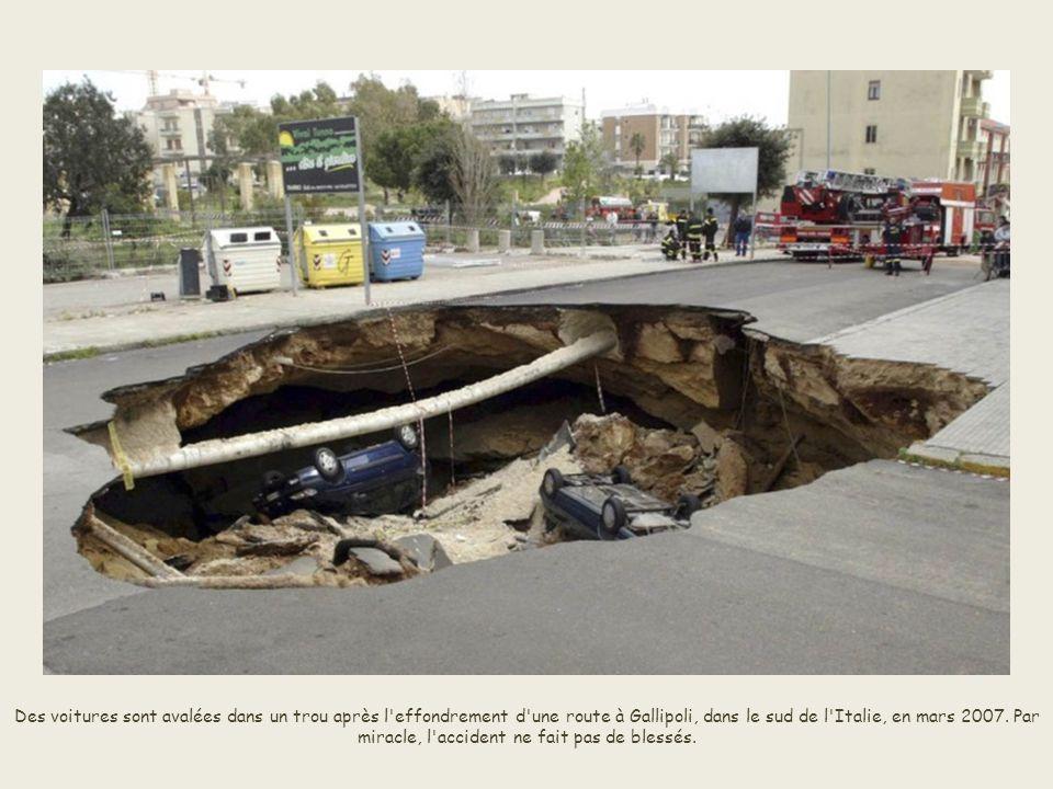 Des voitures sont avalées dans un trou après l effondrement d une route à Gallipoli, dans le sud de l Italie, en mars 2007.