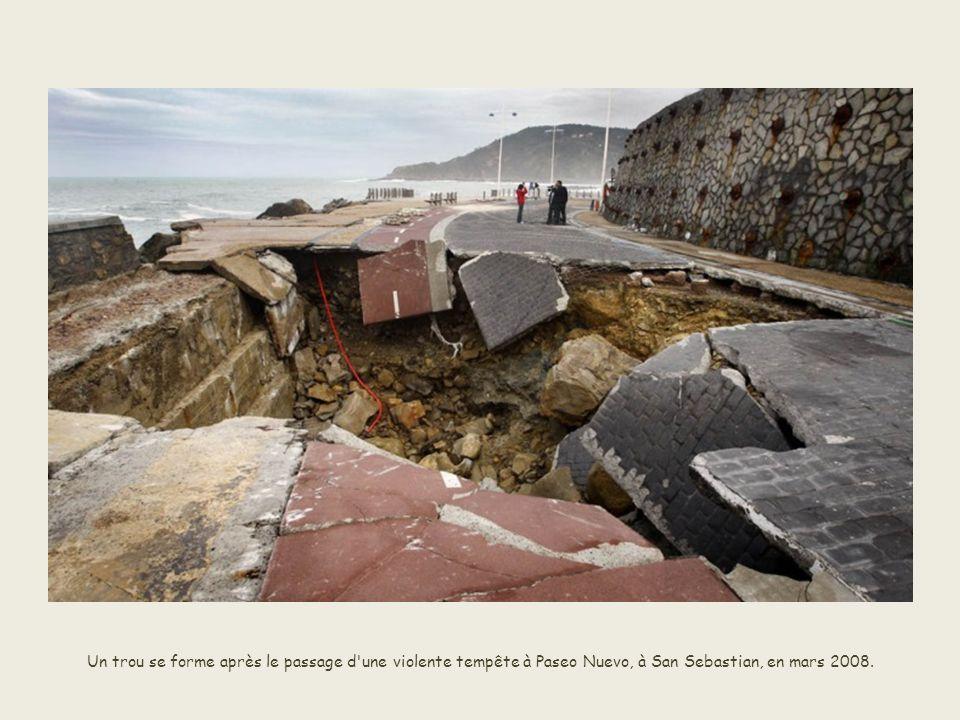 Un trou se forme après le passage d une violente tempête à Paseo Nuevo, à San Sebastian, en mars 2008.