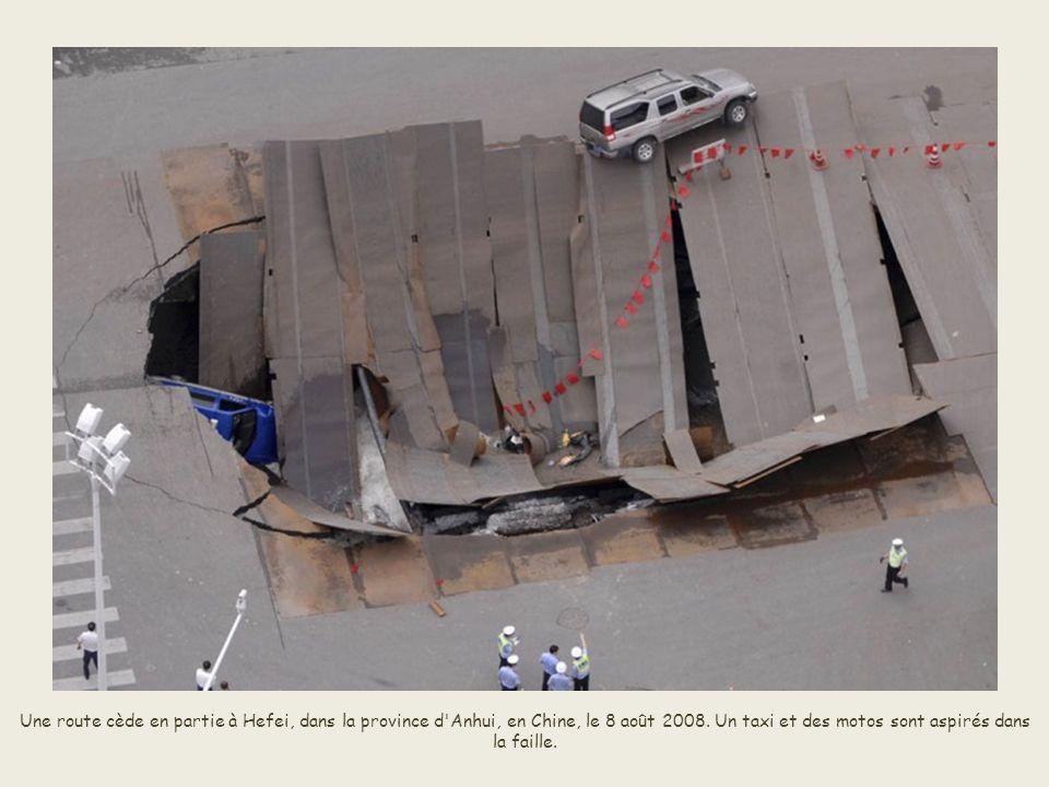 Une route cède en partie à Hefei, dans la province d Anhui, en Chine, le 8 août 2008.