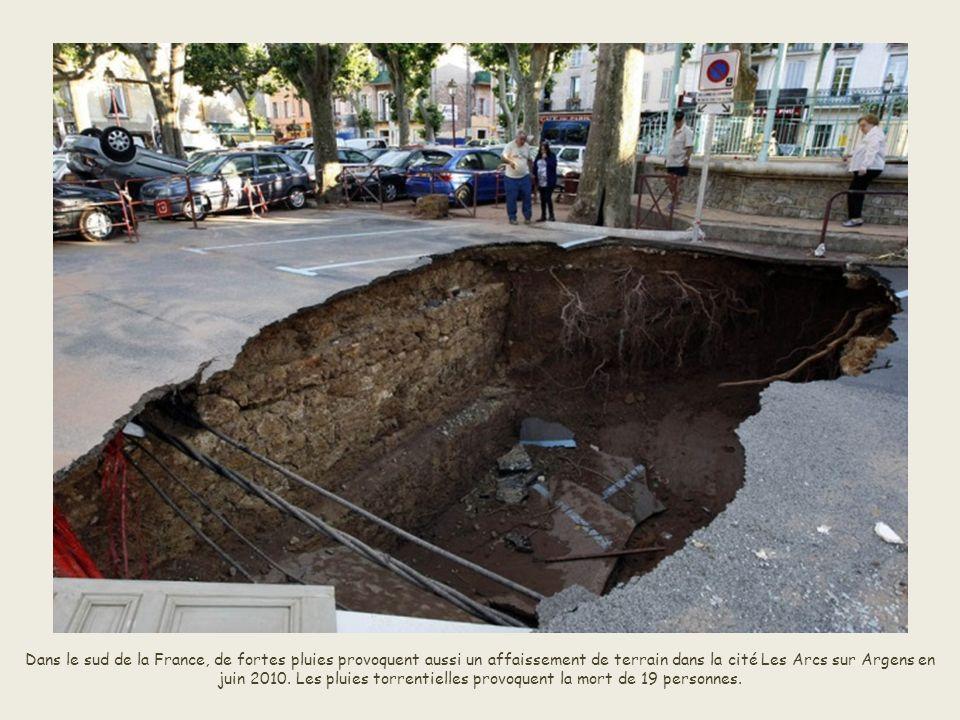 Dans le sud de la France, de fortes pluies provoquent aussi un affaissement de terrain dans la cité Les Arcs sur Argens en juin 2010.