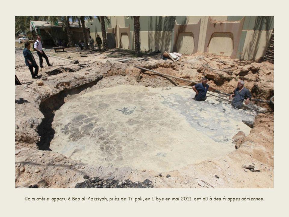 Ce cratère, apparu à Bab al-Aziziyah, près de Tripoli, en Libye en mai 2011, est dû à des frappes aériennes.