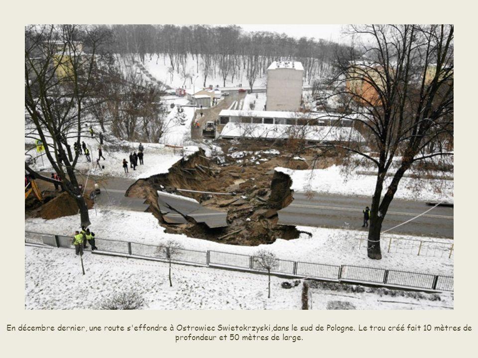 En décembre dernier, une route s effondre à Ostrowiec Swietokrzyski,dans le sud de Pologne.