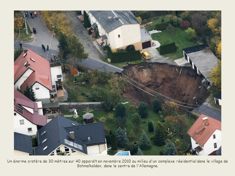 Un énorme cratère de 30 mètres sur 40 apparaît en novembre 2010 au milieu d un complexe résidentiel dans le village de Schmalkalden, dans le centre de l Allemagne.