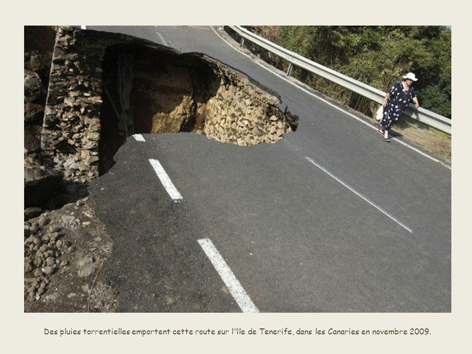 Des pluies torrentielles emportent cette route sur l île de Tenerife, dans les Canaries en novembre 2009.