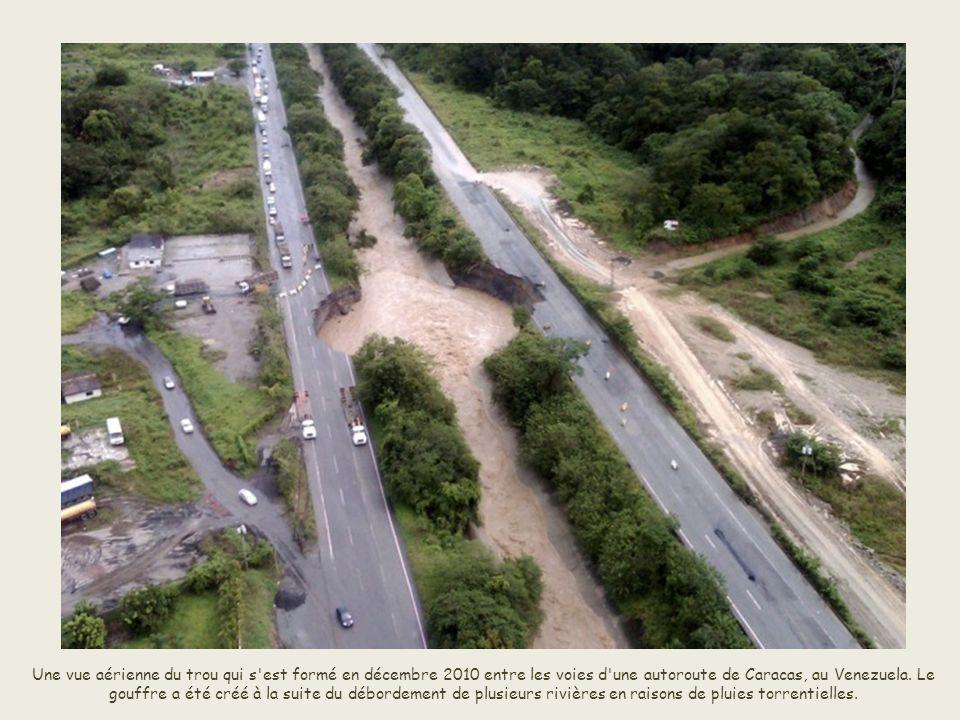 Une vue aérienne du trou qui s est formé en décembre 2010 entre les voies d une autoroute de Caracas, au Venezuela.