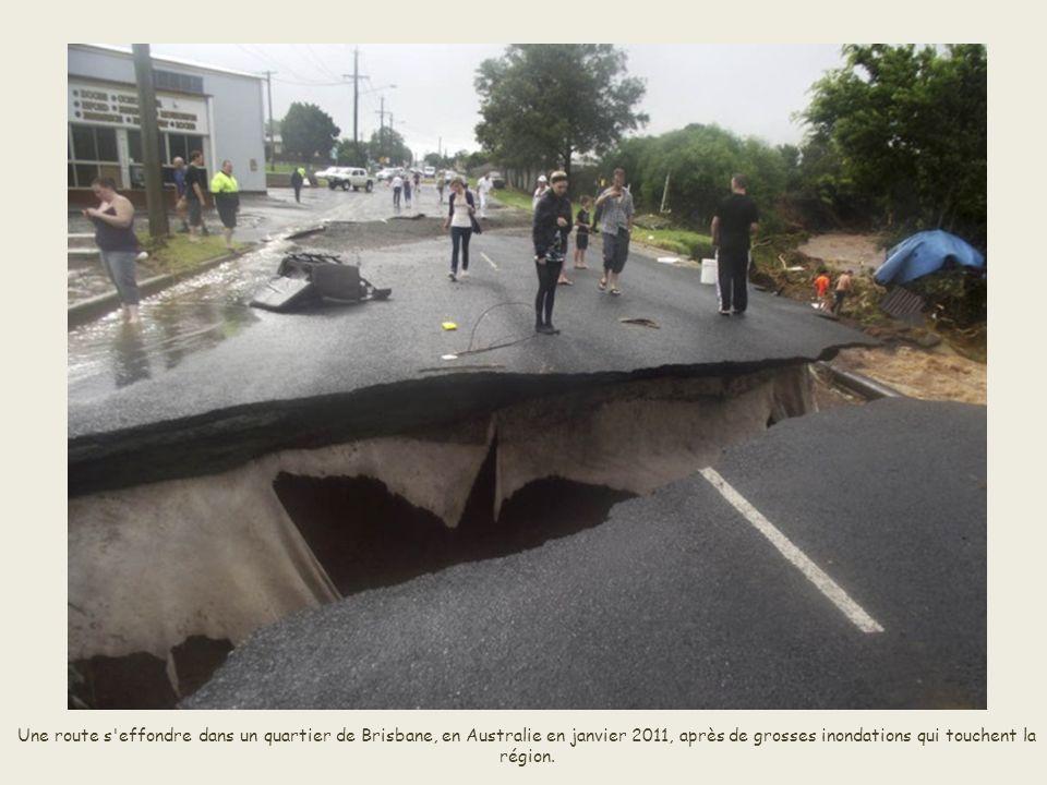 Une route s effondre dans un quartier de Brisbane, en Australie en janvier 2011, après de grosses inondations qui touchent la région.