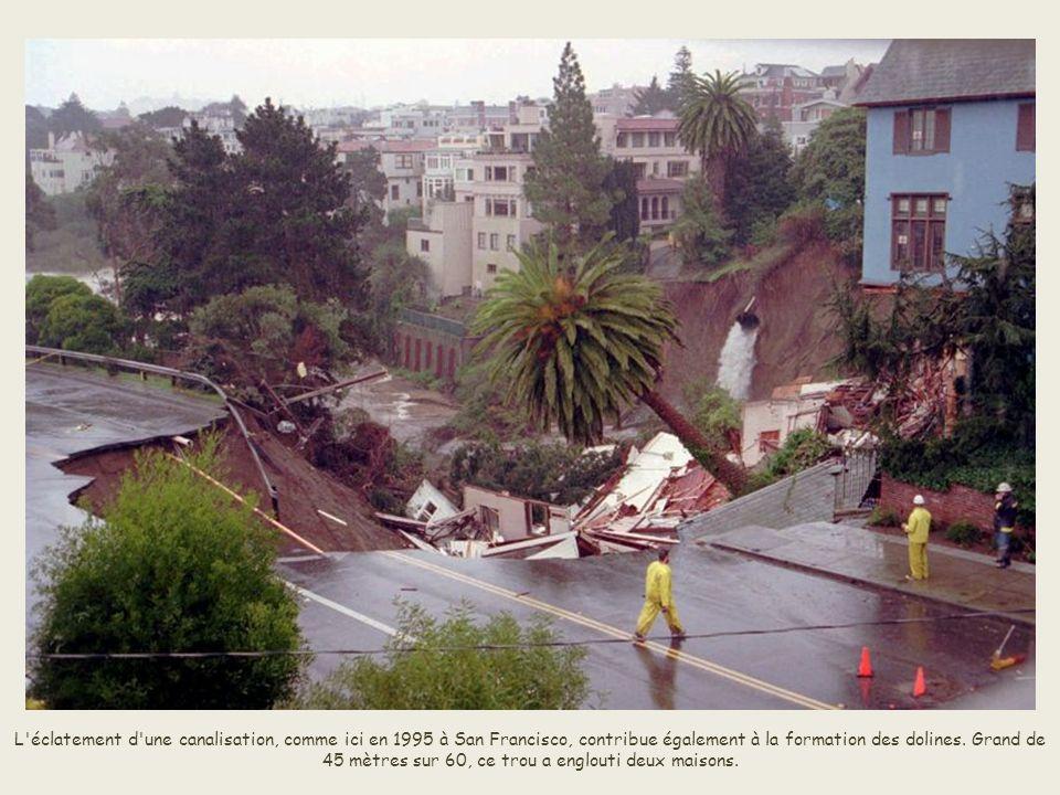 L éclatement d une canalisation, comme ici en 1995 à San Francisco, contribue également à la formation des dolines.