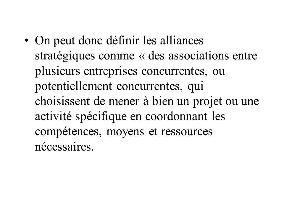 On peut donc définir les alliances stratégiques comme « des associations entre plusieurs entreprises concurrentes, ou potentiellement concurrentes, qui choisissent de mener à bien un projet ou une activité spécifique en coordonnant les compétences, moyens et ressources nécessaires.